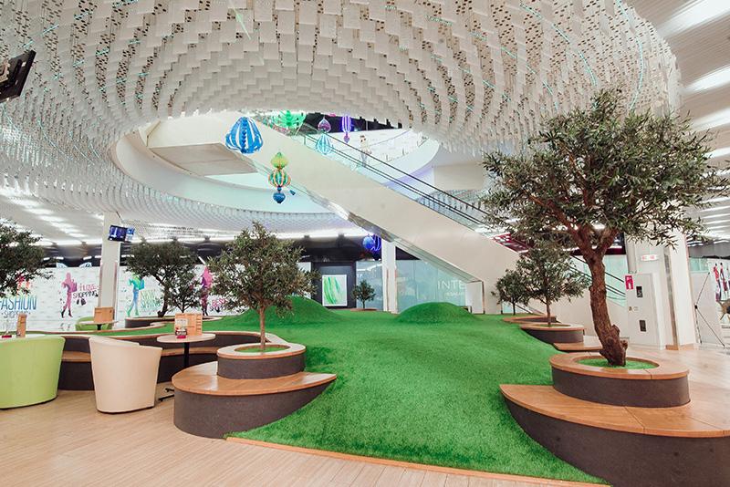Монтаж декоративного искусственного газона на детской площадке в ТРЦ ArtMall
