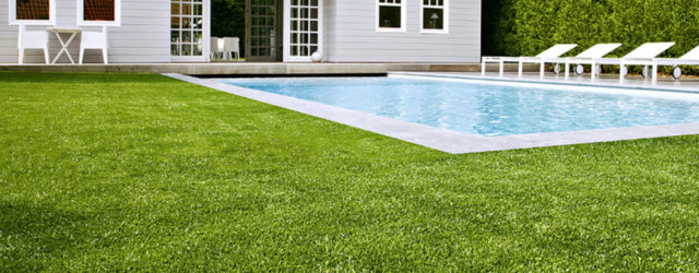 Покрытие вокруг бассейна: преимущества искусственной травы