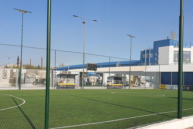 Монтаж футбольного поля на территории компании Агромат в Киеве
