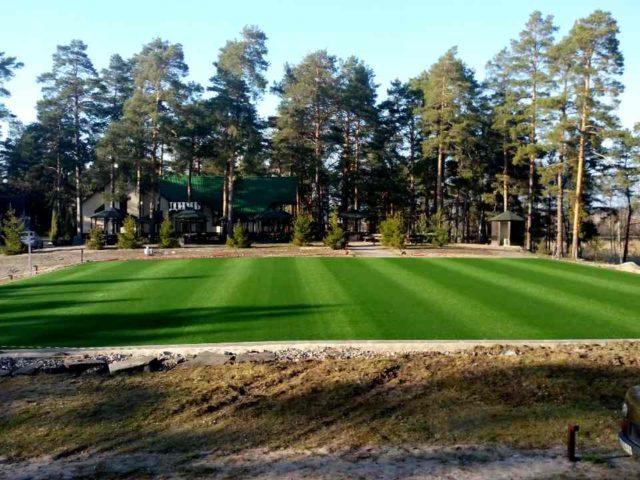 Ход работ строительства спортивной площадки на примере: Подрезка и склейка рулонов искусственной травы
