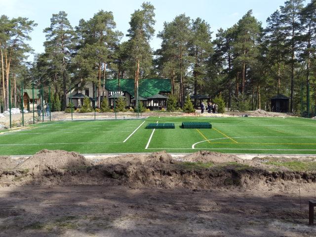 Ход работ строительства спортивной площадки на примере: Монтаж ограждения и освещения