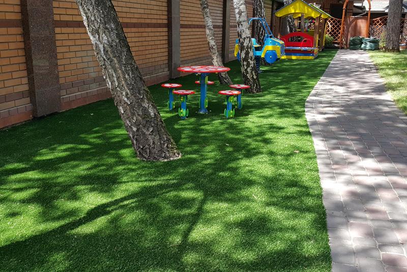 монтаж декоративного искусственного газона