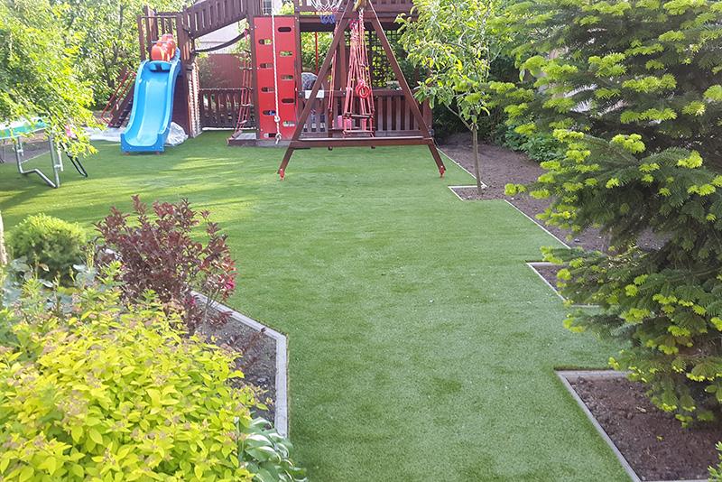 Укладка искусственного газона на детской площадке в частном доме