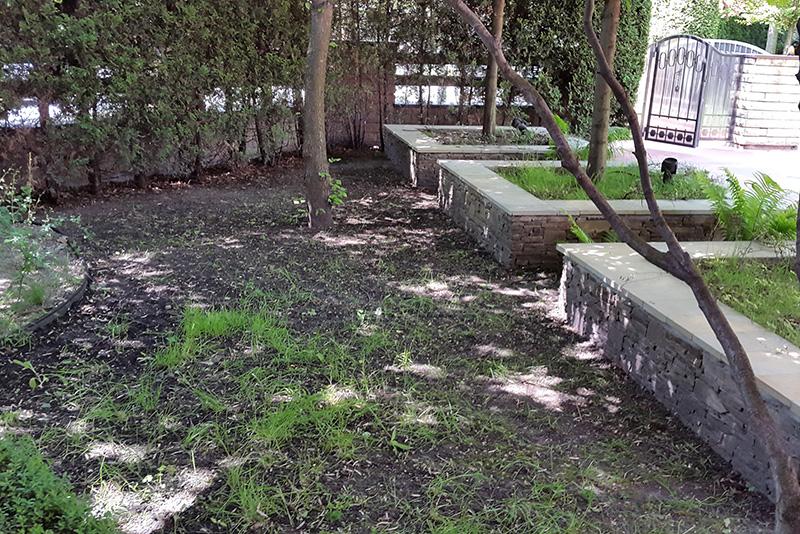 Сотрудники компании Pro-Sport провели укладку декоративного искусственного газона во дворе частного дома в Киеве